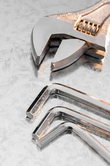 Mechanischer schraubenschlüssel auf dem schreibtisch