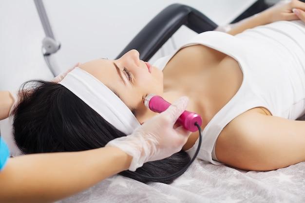 Mechanisches peeling, kosmetische klinik