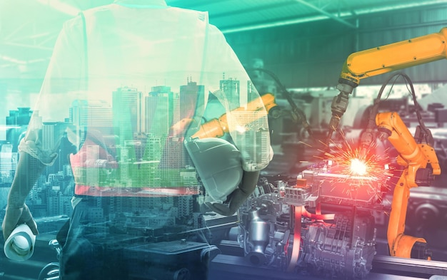 Mechanisierter industrieroboterarm und fabrikarbeiter doppelbelichtung