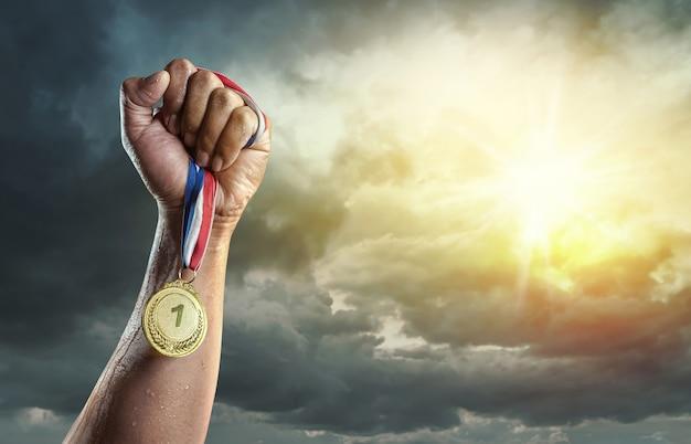 Medaille für den ersten platz auf himmelhintergrund. siegeskonzept