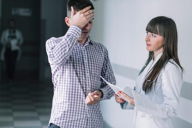 Medic frau und trauriger patient