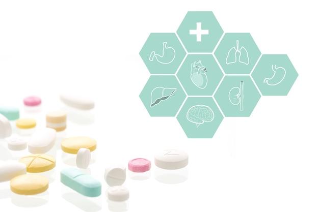 Medicone-kapseln und medizinisches symbol auf weißem hintergrund