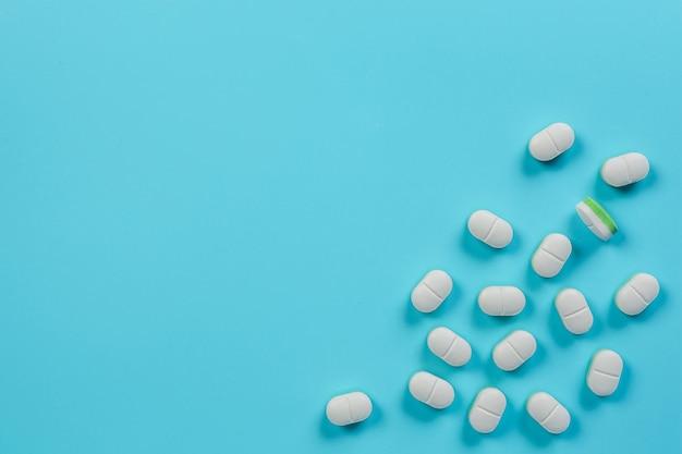 Medikamente, medizinische versorgung auf einem blauen platziert.