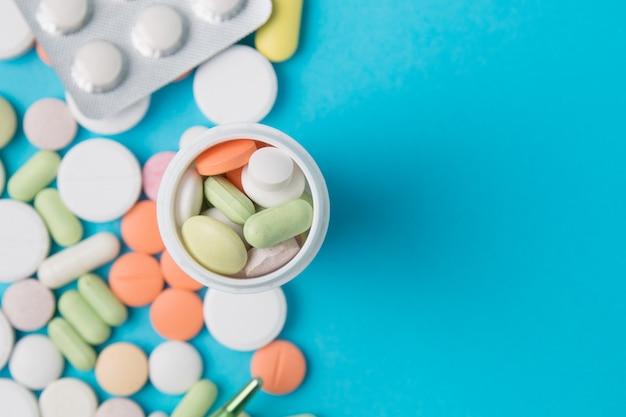 Medikamente pillen, medikamente und antibiotika. medizin und gesundheitswesen. ansicht von oben.