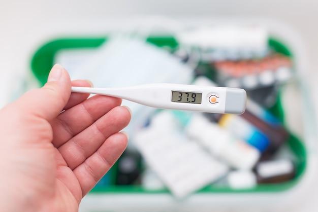 Medikamente, pillen, thermometer, traditionelle medizin zur behandlung von erkältungen, grippe, coronavirus