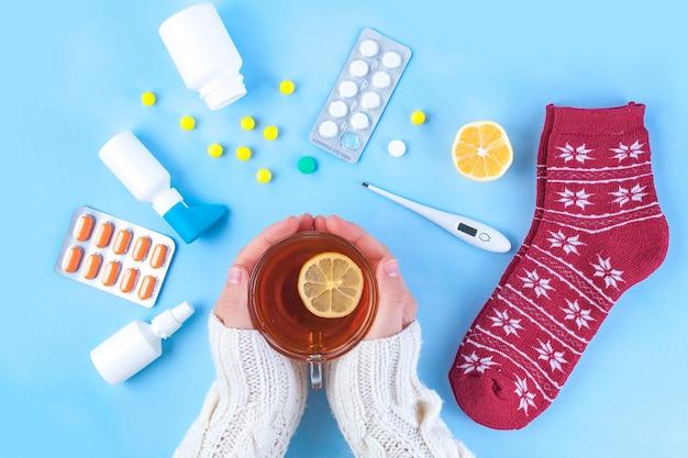 Medikamente, pillen, thermometer, traditionelle medizin zur behandlung von erkältungen, grippe, hitze. aufrechterhaltung der immunität. saisonale krankheiten. ansicht von oben. medizin flach liegen