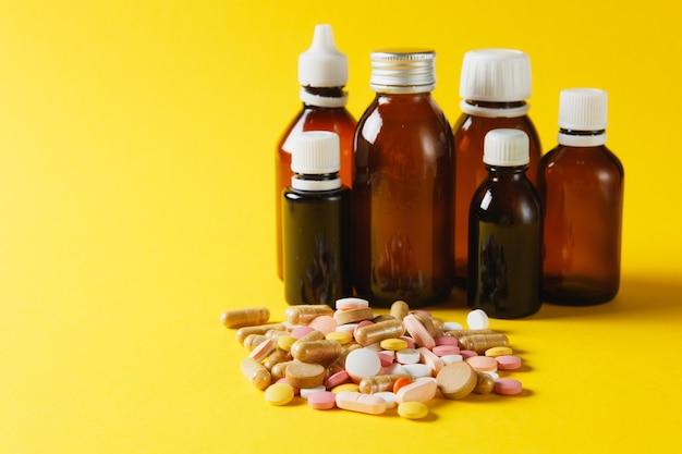 Medikamente weiße bunte runde tabletten abstrakt auf gelbem hintergrund angeordnet