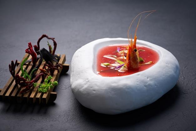 Mediterrane tomatensuppe mit meeresfrüchten