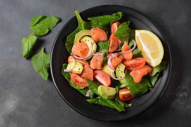 Mediterraner avocado-lachssalat mit spinat