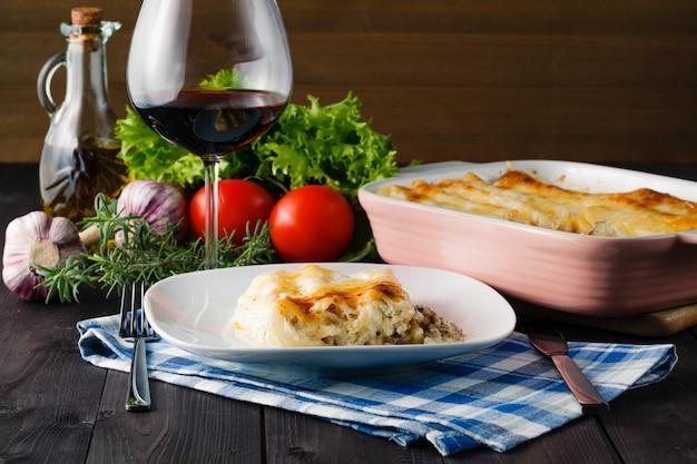 Mediterranes abendessen mit lasagne