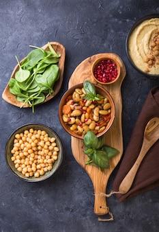 Mediterranes mezze-brett mit hummus, bohnen, spinat.