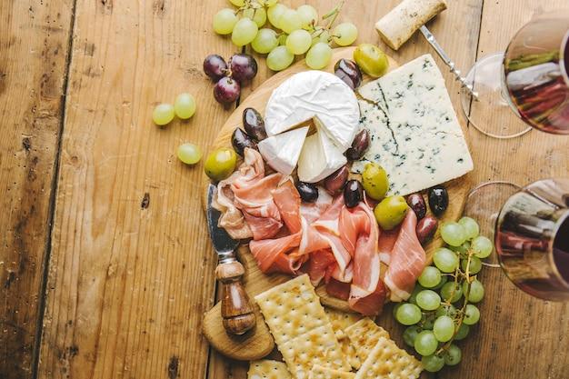 Mediterranian aperitifs auf altem holztisch