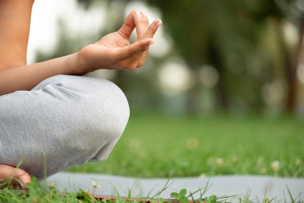 Meditierende haltung der nahaufnahme hand