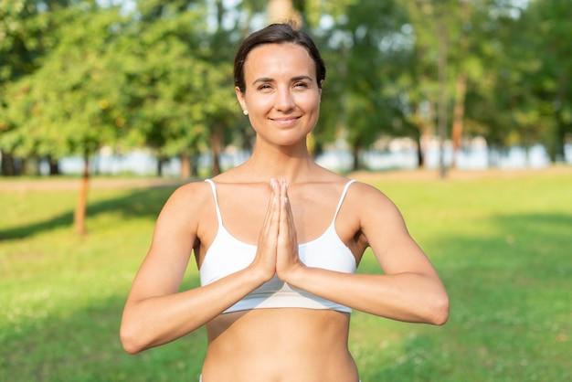 Meditierende haltung der vorderansichtfrau