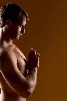 Meditierender mittlerer schuss des mannes
