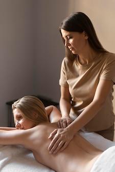 Medium schuss frau massagepatientin
