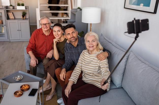 Medium schuss glückliche familie, die selfies nimmt