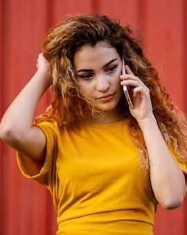 Medium schuss mädchen am telefon