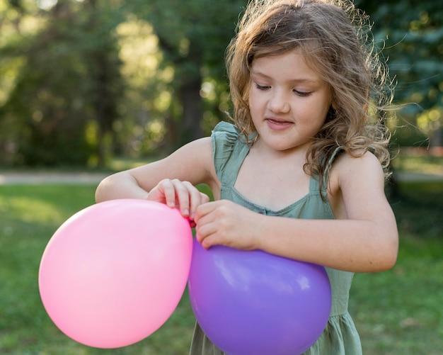 Medium schuss mädchen mit luftballons