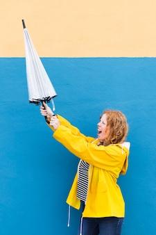 Medium schuss mädchen mit regenschirm