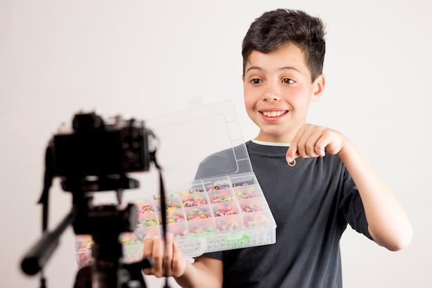 Medium shot blogger mit gummibändern