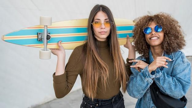 Medium shot girls mit skateboard