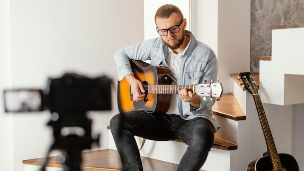 Medium shot musiker, der sich selbst aufnimmt