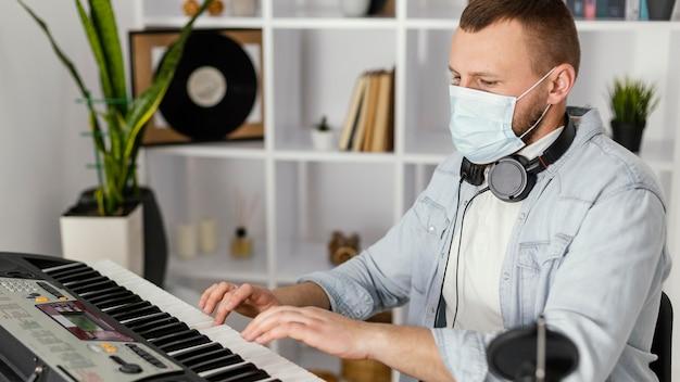 Medium shot musiker trägt maske