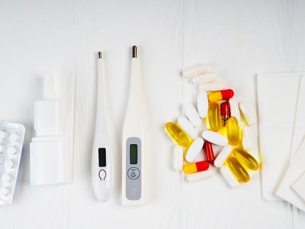 Medizin, drogen. stapel bunte pillenpakete und -flaschen.