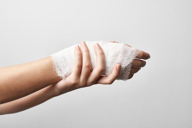 Medizin für gesundheitliche probleme bei bandagierten armverletzungen
