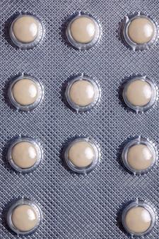 Medizin in weißen runden pillen in der packung