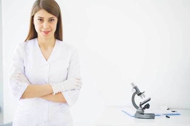 Medizin. junge ärztin in der modernen klinik