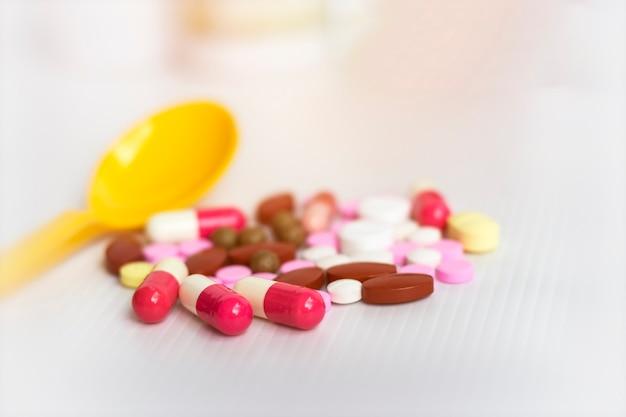 Medizin-konzept; verschiedene pharmazeutische arzneimittelpillen, -tabletten und -kapseln.