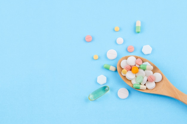 Medizin, pillen, drogentablette, kapsel, fischöl im löffel lokalisiert