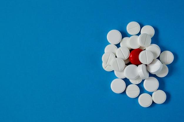Medizin- und gesundheitsfolie von pillen auf blauem hintergrund von oben
