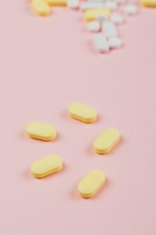 Medizin und pillen auf rosa hintergrund