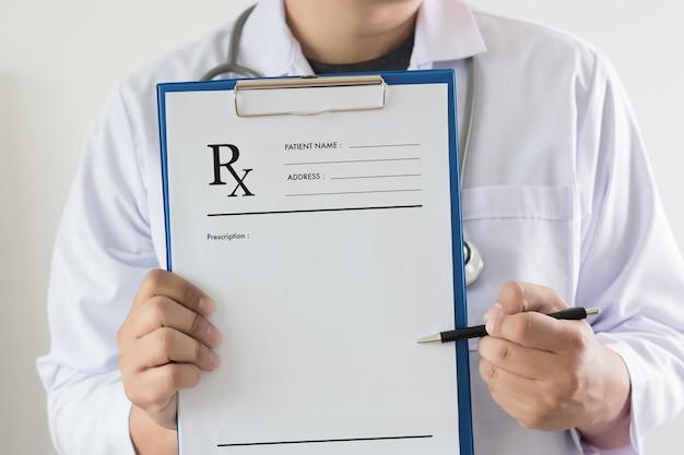 Medizindoktor geduldiges healthcare konzept empfängnisverhütung rx verschreibungspflichtige form in drogerie pharmacie