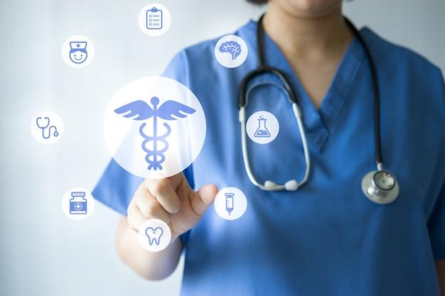 Medizindoktor u. -krankenschwester, die mit medizinischen ikonen arbeiten