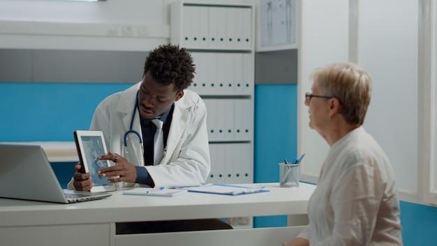 Mediziner afroamerikanischer abstammung mit tablet