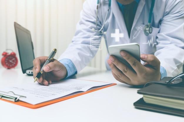 Mediziner, der mit modernem smartphone, medizinisches netzkonzept arbeitet