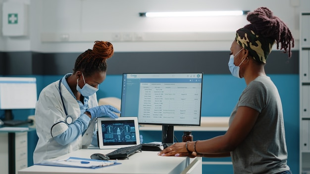 Mediziner und patient betrachten die analyse des menschlichen körpers