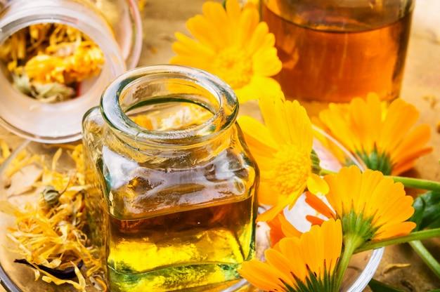 Medizinflasche und kräuter calendula
