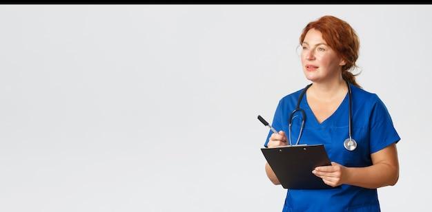 Medizingesundheits- und coronavirus-konzept konzentrierte sich auf ärztin, die notizen zur untersuchung von patienten...