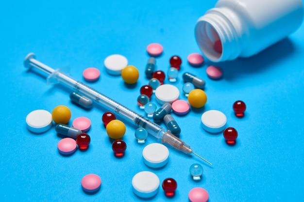 Medizinglas vitaminkapseln medizin blauer hintergrund