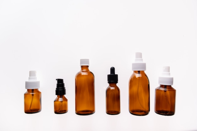 Medizinglasflasche auf weißem hintergrund wird für kosmetische hautpflegeprodukte verwendet, die produkte und medizinische versorgung enthalten.