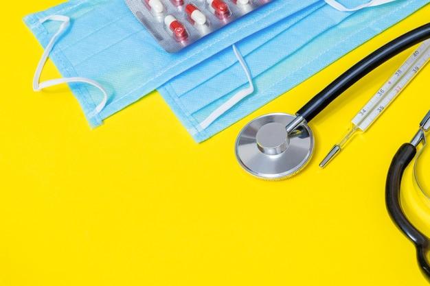 Medizinisch-chirurgische arztmaske, grippe und koronavirusschutz isoliert mit thermometer und stethoskop