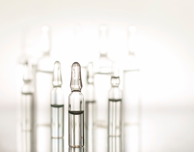 Medizinische ampullen aus glas mit beleuchtung.