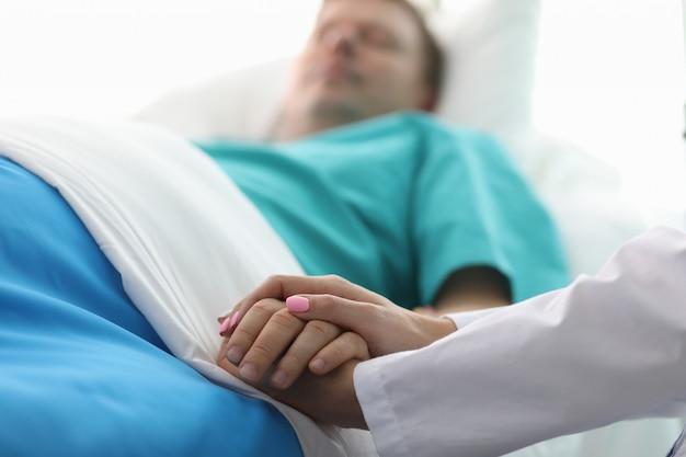 Medizinische arbeitskraft, die sympathie und freundlichkeit zeigt