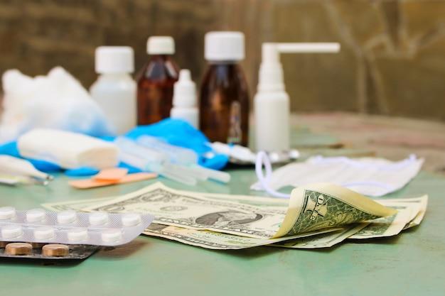 Medizinische artikel und geld auf dem tisch