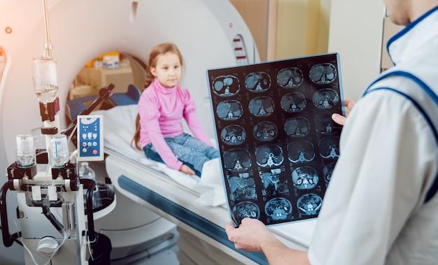Medizinische ausrüstung. arzt und patient im raum der computertomographie